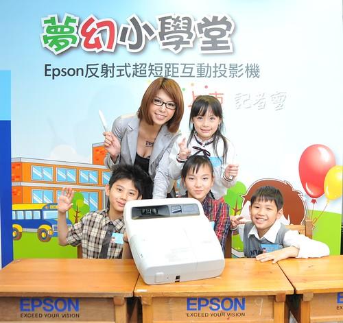 Epson反射式超短距互動投影機搭配互動式隨寫光筆,為互動教學豎立完美標竿