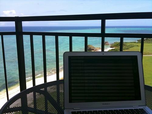 いやいや、最高に贅沢なパソコン環境、仕事環境ですよ。青い空とエメラルドグリーンの海に、波の音がBGM。申し訳ない!つーか、帰りたくねぇ…