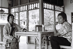 Pose / Pause balinaise (Olivier MACAIRE - Photography) Tags: voyage portraits pose restaurant noiretblanc nb argentique batur balin indonsie ilfordhp olympusftl