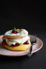 Jewel (StuderV) Tags: food cake dessert strawberry nikon sweet cream foodphotography eper d80 foodstyling tabletopstyling