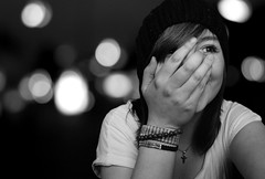 [Explored] (johannas') Tags: light portrait bw white black face hat laughing licht gesicht bokeh sony sw bracelets alpha lachen 230 schwarz mtze armbnder weis
