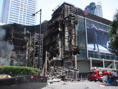 This part of Central World has collapsed by Move&Blog! Thailand