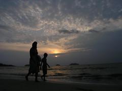 (oisawa) Tags: sunset sea people beach southeastasia thai settingsun