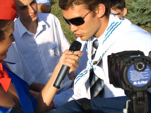 Пионер Андрей Шевченко смотрит в декольте пионерке Кате Осадчей