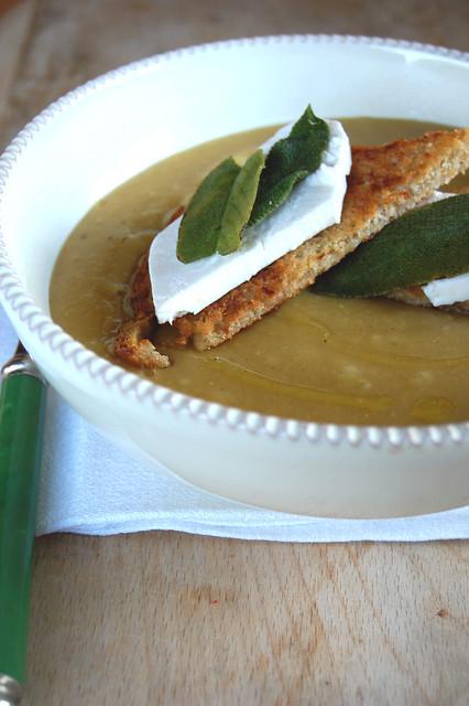 Zuppa di lenchicchie rosse e crostini di primo sale e salvia