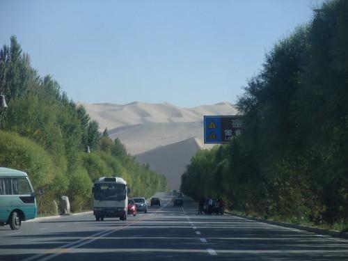 鳴沙山・月牙泉への道