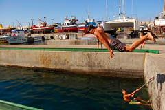 Acrobacias en Puerto de Mogn (Merce Egea (sin tiempo para flickear)) Tags: sea beach boys water puerto big spain agua nikon playa canarias fave barcas bao mogan diciembre mogn d40 topseven abigfave