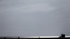 'Hi Pam!' crida en Mitch Buchannon, sortint de l'aigua, a la Pam que vigila Venice Beach des de la torre, mentre una gavina sobrevola l'escena i dos velers es perden per l'horitz d'un dia assoleiat d'estiu (bNat!) Tags: california ca blue venice light shadow sea sky usa sun luz sol beach silhouette azul backlight clouds sailboat contraluz la mar us losangeles sand unitedstates santamonica seagull ombra sombra playa cel lifeguard minimal arena eua cielo cj davidhasselhoff venicebeach backlit silueta southerncalifornia blau minimalism pamela ustrip gaviota baywatch coast2coast platja pamelaanderson cityofangels llum estadosunidos sorra contrallum vigilant eeuu gavina vigilante veler laststop estatsunits mitchbuchannon cjparker vigilantesdelaplaya laciutatdelsngels laciudaddelosngeles elpueblodenuestraseoralareinadelosangelesdelrodeporcincula thevillageofourladythequeenoftheangelsoftheriverofporziuncola 5ftstop hipam tornoalesfotosdeusquesinonoacabarmaip
