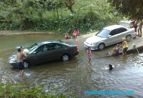 Lavando Carros dentro de Ríos.  