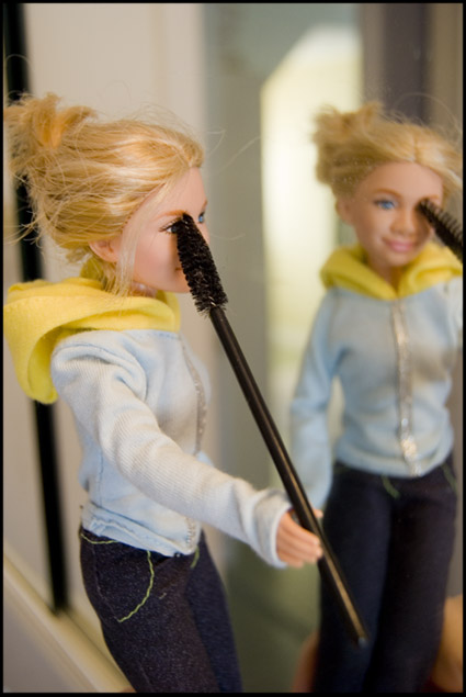 barbie-applies-makeup