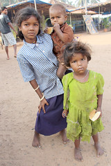 Two girls and baby -Terre d'Espoir (Pondspider) Tags: poverty india children child goa enfants enfant colva linde pauvret migrantworkers anneroberts annecattrell terredespoir janinegaiddon pondspider charitfranaise