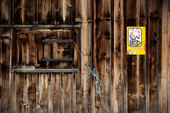 Don't touch this. (Markus Moning) Tags: wood sign wall warning this schweiz switzerland wooden beware wand touch htte device schild hut dont eod bomb ammo grenade holz ammunition uxo bombe unexploded dud achtung moning ordnance hinweis warnung toggenburg granate wildhaus munition gamplt markusmoning blindgnger canoneos50d misfired misfiring fehlznder fundmunition