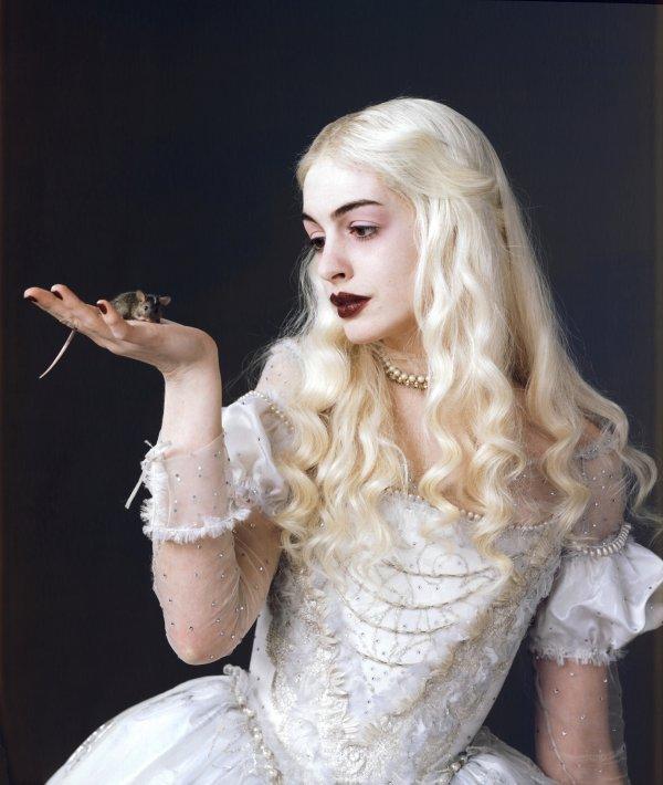 white-queen-anne-hathaway-in-alice-in-wonderland_vf