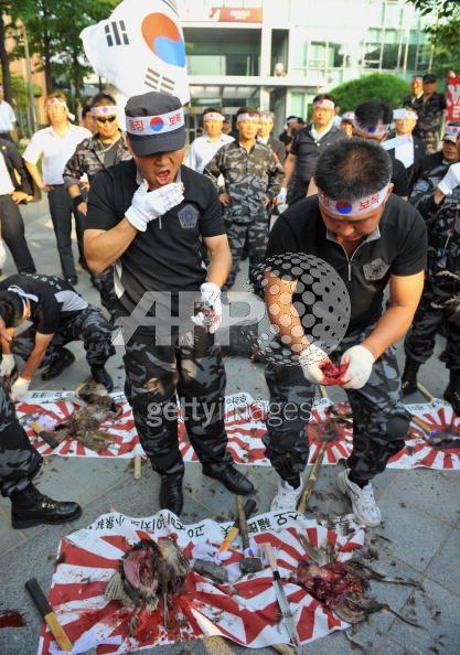 20080717 韓国デモ隊、日本大使館前で日本の国鳥キジをハンマーで叩き殺して気勢_9