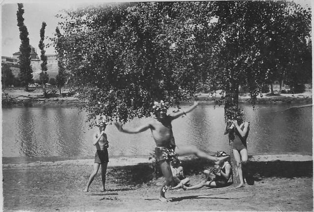 Jóvenes divirtiéndose en el río Tajo en Toledo en la playa de Safont. Años 20. Fotografía de Eduardo Butragueño Bueno