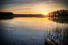[フリー画像] 自然・風景, 湖・池, 夕日・夕焼け・日没, 波紋, 201004251900