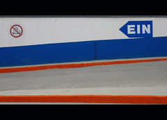 EIN (It's Stefan) Tags: lines sign linhas germany traffic geometry parking skating minimalism gomtrie duesseldorf skates ein subida lignes  verkehrsschild acceso geometria noskating inliner hinweis lneas linien  patinar   patnes    stefanhoechst