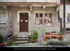 """Altstadtidylle"" (sualk61) Tags: canon germany deutschland eos flickr alt treppe 5d canon5d altstadt idylle gasse hauseingang alteshaus biertisch steil canoneos5d eos5d hohenlohe canonef24105mmf4lisusm badenwurttemberg sualk61 schwabischhall borderfx steilegasse altetreppe biertischgarnitur kunstautomat biertischstuhle kunstautomaten"