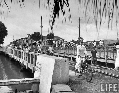 Saigon 1948 - Natives crossing bridge, in French Indochina