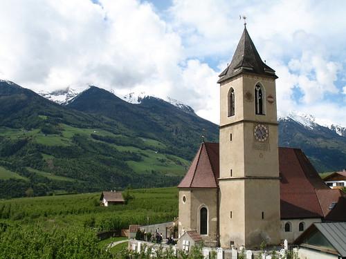 Ausgangspunkt unseres Ausfluges ist die Pfarrkirche im Dörflein Kortsch mit Pfarrkirche im Vinschgau