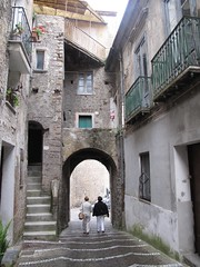 Vibonati: arco e vicolo. (sangiopanza2000) Tags: travel italy italia arch campania stairway balconies scala arco viaggio balconi vibonati sangiopanza