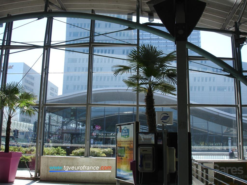 La gare est desservie par des trains à grande vitesse TGV et Eurostar.