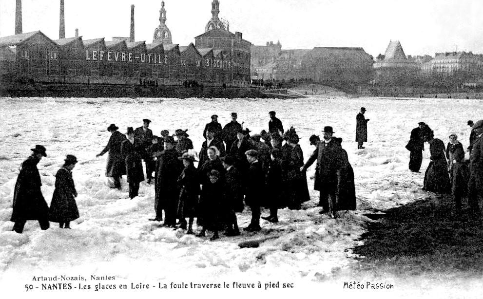glaces sur la Loire gelée devant l'usine LU à Nantes en janvier 1914