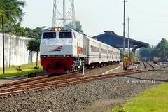 Kahuripan Tepat Berangkat (Edy Widiyanto) Tags: railfans railway indonesian 35 semboyan emplasemen indonesia tulungagung stasiun ekspres kahuripan api kereta