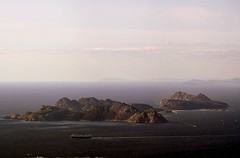 CIES (Pequeña Meiga0) Tags: summer azul canon mar spain barco pano paisaje sierra meiga ríasbaixas galicia cielo panoramica verano 2009 islas vigo parquenacional cíes ría ríadevigo islascíes grova 1000d