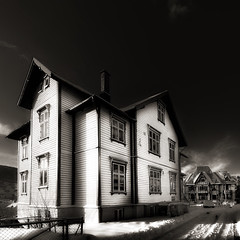 Height Houses (aha42   tehaha) Tags: sigma1020nikond60gimphousestreetsnowwinternorwaybergennorgenoregbw500x500squareformatsquarecrophøydentheheightovertheexcellencetwtmeiconoftheday500x500 bw53 23uibuniversitetetibergenvisipixcolorefexpro30nikoncapturenx2architecturetobox