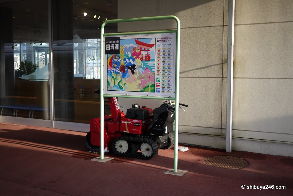 You don't see any of these mini snow mobiles at Tokyo Station, but here in the country areas this machinery probably gets a lot of use. Luckily today, it is bright sunshine and no snow on the platform.