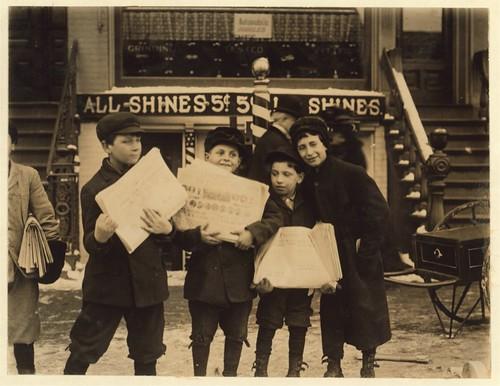 Lewis Hine Schdy newsies 1910.jpg