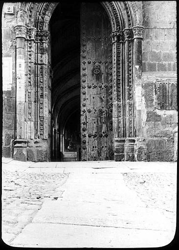 Puerta del Mollete o del Niño Perdido en 1907. Fotografía de Roy Lucien. Société Française d'Archéologie et Ministère de la Culture (France), Médiathèque de l'architecture et du patrimoine (archives photographiques) diffusion RMN