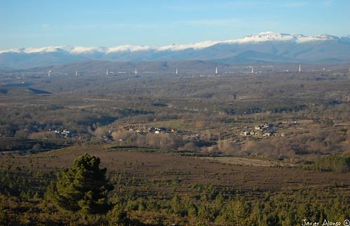 Sagallos, a la izquierda localidad e Asturianos de Sanabria y de frente Cernadilla