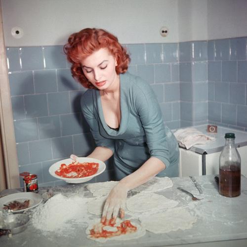 Sophia Loren prepares an Italian dish
