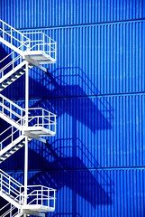 Read the lines (Just a guy who likes to take pictures) Tags: blue shadow sun white holland color colour public netherlands dutch lines architecture modern stairs photography rotterdam europa europe blauw fotografie photographie library curves colorphotography nederland thenetherlands rail architektur holanda railing blau bibliotheek schaduw sonne wit paysbas zon trap architectuur niederlande hek the kleur openbare trappen colourphotography treden kleurenfotografie