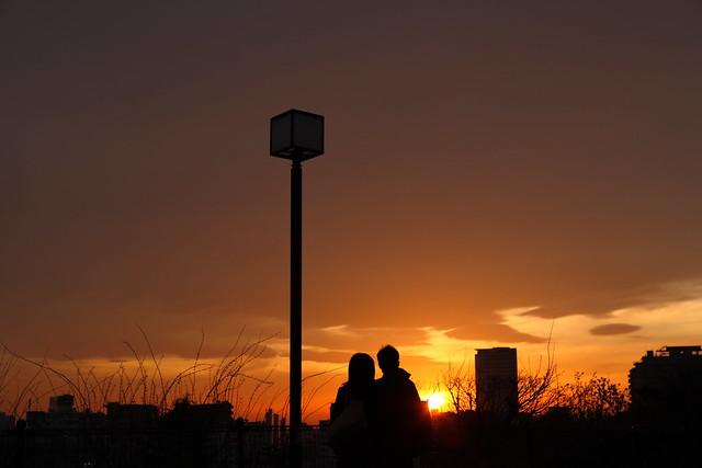 雲間の夕暮れ太陽