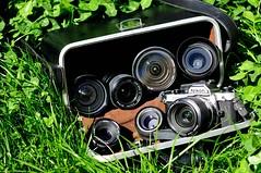 Tesoro Escondido (R.Pozn www.rpozon.es) Tags: camera verde green grass vintage 50mm reflex nikon action box 14 sigma caja tokina mm nikkor 35 vivitar lentes camara maleta fm2 lenses cesped accion 100300 1650 objetivos 18f analogina
