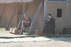 Christoph und Raphi Roeser am Haus des Kammmachers in Haithabu - Museumsfreifläche Wikinger Museum Haithabu WHH 19-04-2009