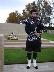 Scottish Piper (rob whyte) Tags: de kilt wwi piper bagpiper nord armistice ecosse jouer cornemuse houplines commenwealthwargraves cimitrebritannique sonneurdecornemuse