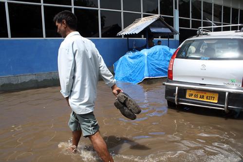 空港が水浸しなので、こんな感じで空港に入ります