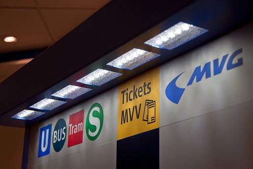 Die Logos der Verkehrsmittel vedeutlichen, welche Fahrkarten erworben werden können. Die LED-Beleuchtung spart Energie.