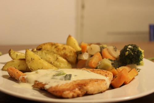 Sams Lachs an Frühlingszwiebelnsauce mit Bratkartoffel und Gemüse