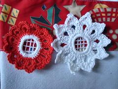 flores de croche (E l i a n a R e i n a l d o) Tags: flor bolsa macrame pintura croche grampada crochedegrampo