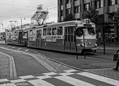 Arriving (@acastellonm) Tags: sweden suecia gothenburg gotemburgo goteborg tram tranvía tren blanco negro black white