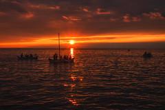 Sonnenanbeter (Petra Runge) Tags: urlaub sonnenuntergang licht wolken meer boote küste holiday coast sea water sunset light sky wasser sommer summer
