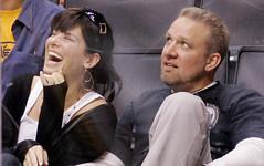 Sandra Bullock e Jessie James sorridenti durante una partita di baseball
