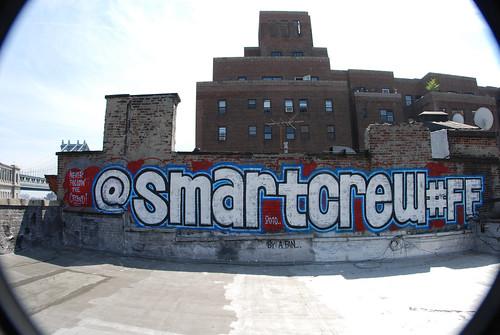 FF à Smart Crew tagué sur un mur