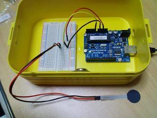 Arduinoのアナログピンに感圧センサを接続します