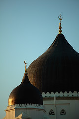 The Crescent Moons (Yann LECOEUR Photography) Tags: blue sunset sky chinesenewyear mosque georgetown malaysia penang minarets kapitankeling canonef70200mmf4lisusm canoneos5dmarkii yalestudio
